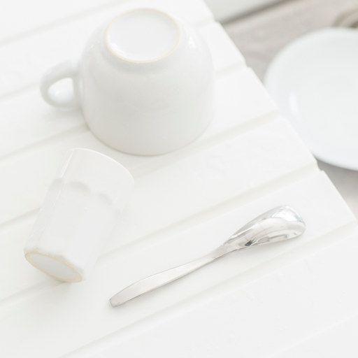 pototo d'illustration pour la porte fenêtre coullissante clairéA ,avec une tasse retournée et une petite cuillère