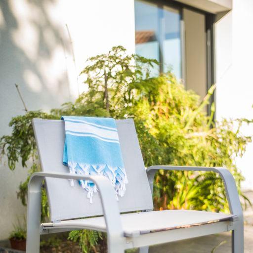 photo d'illustration pour la porte enroulable résidence, chaise longue sur une terrasse ensoleillée.