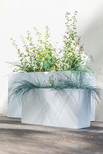 image d'illustration pour la porte enroulable résidence, pots de fleurs sur une terasse en bois