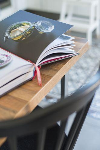 porte d'entrée PVC aluminium photo d'illustration représentant une table en bois avec un livre ouvert