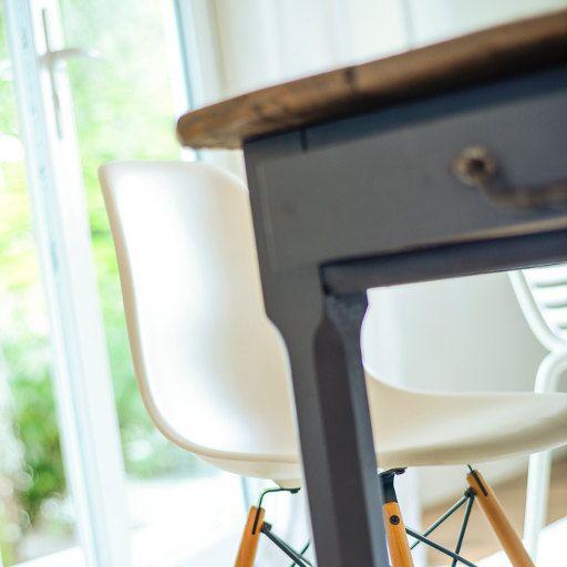 illustration d'ambiance, fenêtre PVC Séréna, table en bois noir et chaise blanche.