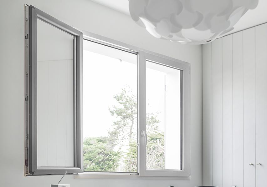 La fenêtre mixte PVC Alu Enoralu installée dans une chambre, photo d'ambiance