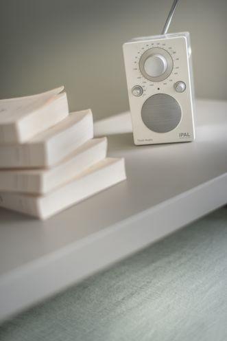 image d'illustration de la Fenêtre mixte Alu-PVC Enoralu, montrant une petite radio et une pile de livre.