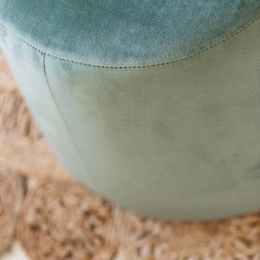 photo d'illustration volet roulant coffre tunnel, un pouf bleu vert sur un tapis marron clair