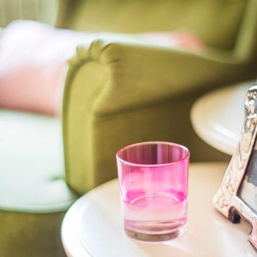 illustration d'ambiance, fen^tre PVC Harmonia verre rose et fauteuil vert
